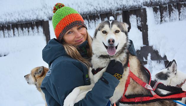 Escursione con gli husky in inverno