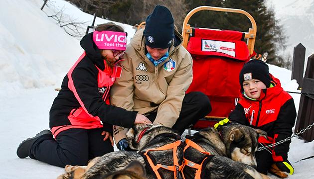 cani da slitta e bambini prima dello sleddog in valtellina